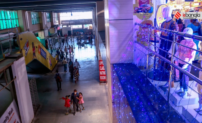 শপিং মল, Shoping Mall, শিয়ালদহ স্টেশন শপিং মল, Sealdah Station Shoping Mall, স্টেশন শপিং মল, Station shoping Mall, পুজোর শপিং,  Kumartuli, বৃষ্টি, Rain, বর্ষা, Mansoon, আবহাওয়া, Weather, খারাপ আবহাওয়া, Weather report,  মহামারী, pandemic 2021 দুর্গাপূজা, Durga puja, দুর্গা, Durga Puja 2021, দুর্গাপূজা ২০২১,  Durga, দুর্গাপ্রতিমা, Puja 2021, পুজা ২০২১, Idol Maker, মৃৎশিল্পী, Durga Idol, প্রতিমা শিল্পী, Kumartuli, কুমারটুলি, Durga, দুর্গাপ্রতিমা, kumartuli, West Bengal news, indian express, কলেজ স্ট্রিট, college street, করোনা, corona, corona news, Bangla Khabar, বাংলার খবর, Bangla News Live, বাংলার ব্রেকিং নিউজ, Breaking Bangla News,Bangali news, বাংলায় সর্বশেষ খবর, লেটেস্ট খবর, News in Bengali, Bengali News Today, বাংলা নিউজ, Bengali News, করোনা মহামারী, corona pandemic, Bangla Khabor, কোভিড-১৯, covid, News in Bangla, করোনা ২০২১, corona 2021, 24 Ghanta Bangla News, Bangla News, covid-19