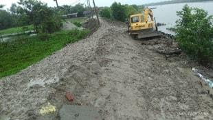 Due to heavy rain crack shown on naipukurias river dam