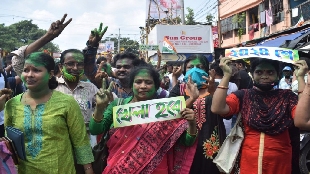 Mamata Banerjee is leading in bhabanipur vote counting process, Tmc workers and supporters celebrates